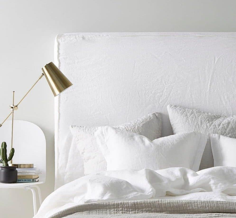Hvid sengegavl i stof af hør